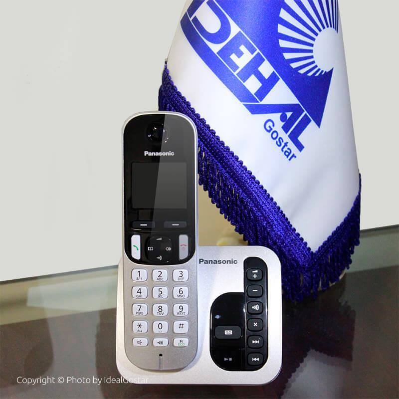 گوشی تلفن بی سیم پاناسونیک KX-TGC220 روی میز