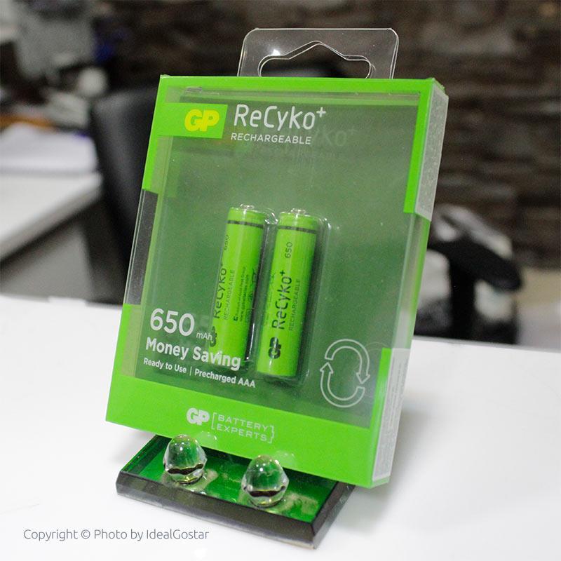 باتری نیم قلمی قابل شارژ جی پی ReCyko روی میز